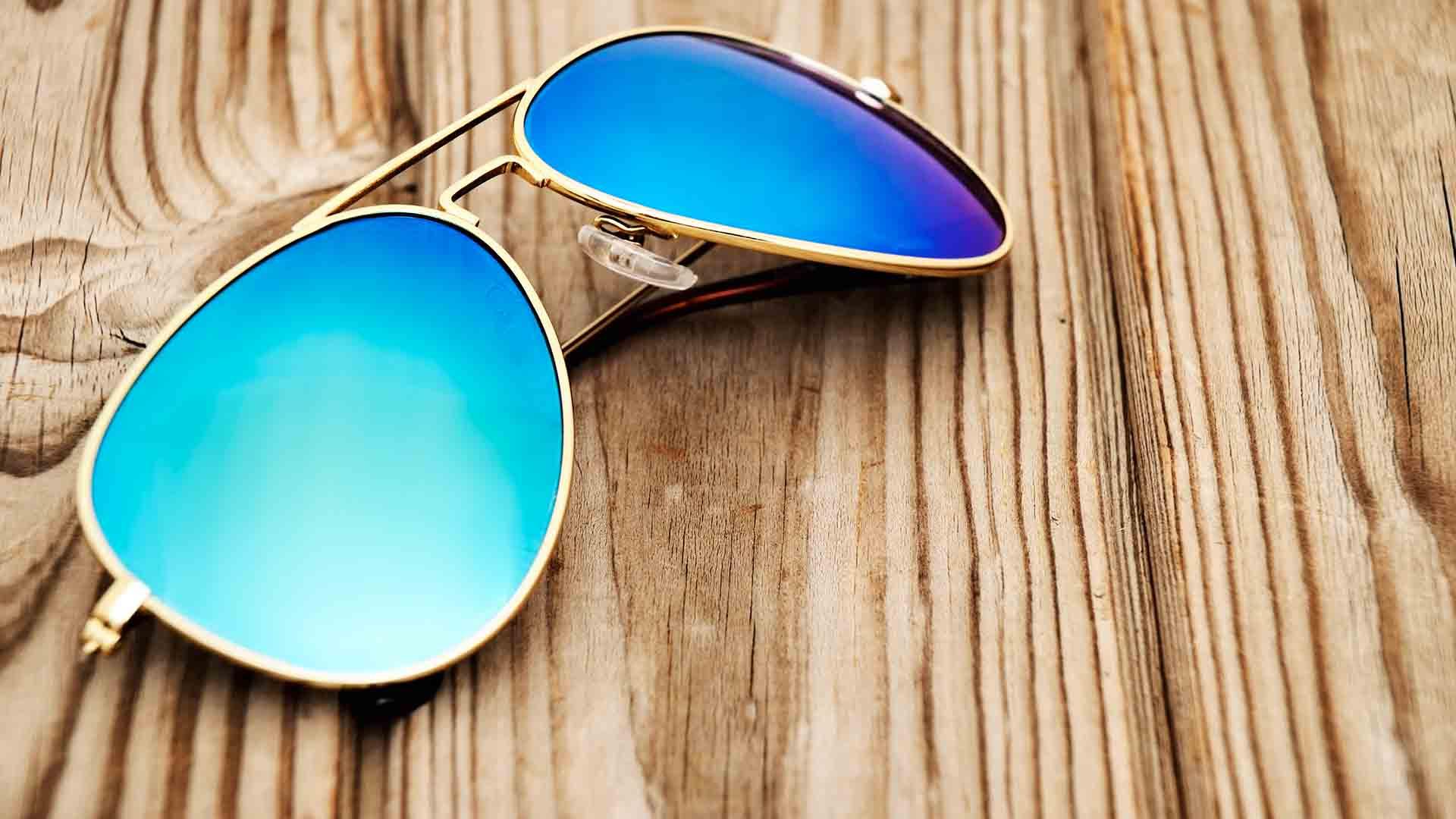 Occhiali da sole in metallo: lo stile retrò che piace a uomo e donna